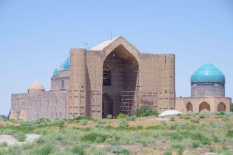 Der Haupteingang der Grabmoschee in Türkistan...