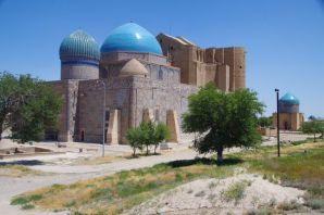 ...aus dem 14. Jahrhundert, die Rückansicht, die riesigen Kuppeln und dem Mausoleum von Sultan Begin