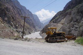 Im Hintergrund durch Erdrutsche eingesperrter Bagger auf der afghanischen Seite