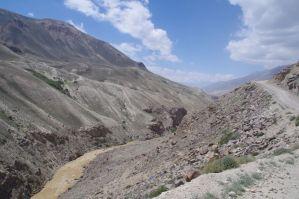 Unser neuer Begleiter, der Pamir, im Hintergrund der Hindukusch