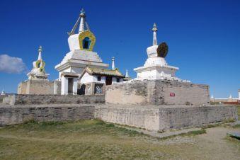 Die besonders prächtige Stupa in der Mitte der Klosteranlage
