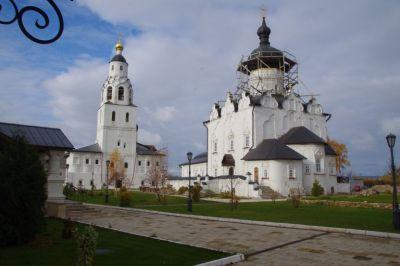 ...wie die Mariä-Himmelfahrts-Kathedrale, der St. Nikolas-Kirche...