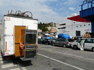 Outdoorküche im Hafen von Genua