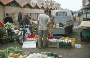 ... reichhaltigem Ost- und Gemüsemarkt ...