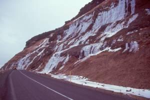 der 577 an gefrorenen Wasserfällen vorbei