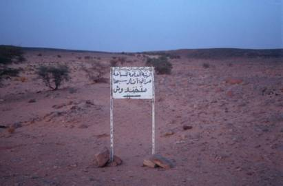 Das Schild weist zum Wadi Mathendous
