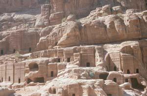 Eine imposante Kulisse - diese Grabhäuser eingehauen in Sandstein