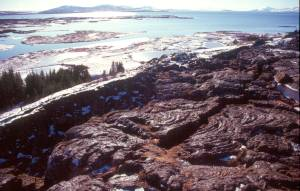 Erkaltete Lava mit vielfältigen Formen und Strukturen zeigen eindrucksvoll den Ursprung dieser einmaligen Landschaft.