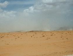 Das Wadi Rum empfängt uns mit einem Sandsturm
