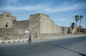 Das Qasr Azraq liegt direkt im Ort