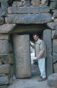 Der Zugang mit schweren funktionstüchtigen Basalt-Torflügeln ...