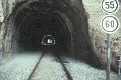 Ein Weg in die Schlucht führt deshalb nur durch diese Eisenbahntunnel