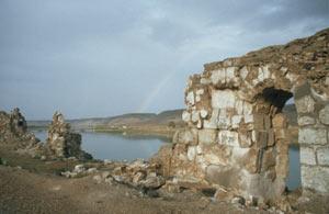 Blick vom unteren Teil der Burg Halabiye am Euphrat Richtung Pontonbrücke