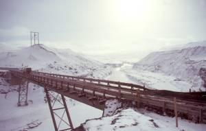 Behelfsbrücke über den Fluss zum Baulager