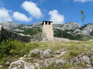 Einsam thront der Burgfried.