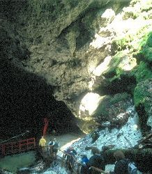 Der Abstieg in die Eishöhle, die erst 1938 entdeckt wurde