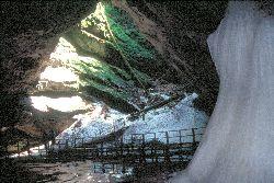 Die Halle der Eishöhle mit dem Eissee