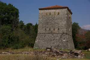 Der venezianische Wehrturm am Eingang.