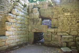 Die mächtige Stadtmauer mit dem Löwentor...
