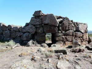 mit den Resten einer mächtigen Festung.