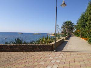 hier lädt die Uferpromenade zum Flanieren ein.