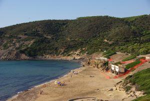 eine kleine Bucht mit Sandstrand...