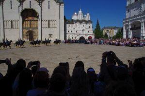 Wachablösungsparade auf dem Kathedralen-Platz mit einer Kavallerieeinheit