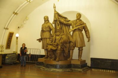 Im Übergang von Linie 2 zu Linie 5 befindet sich in der Station Belorusskaja das Denkmal für die Partisanen des 2. Weltkrieges