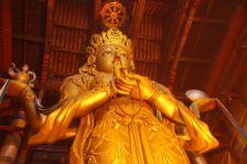 ...mit der 26,5m hohen, 90 Tonnen schweren Statue der Götting Janraisig.