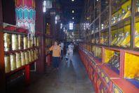 Im Tempel der Gebetsmühlenumlauf nicht nur für die Gläubigen...