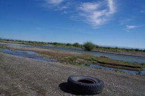 ...hilft bei der Querung des 80 cm tiefen reißenden Flusses.
