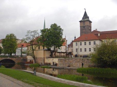 Blick über den Mühlgraben auf die Altstadt mit dem spätgotischen Wasserturm.