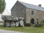 Mitten im Ort Caracuno - das Dolmengrab von 400 vor Christus mit einer 40 Tonnen schweren Deckplatte.