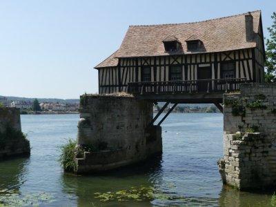 An der Seine in Vernon, die mittelalterlichen Brückenfragmente mit dem Mühlenhaus