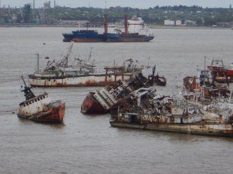 Trauriger Ausblick - Der Schiffsfriedhof im Hafen.