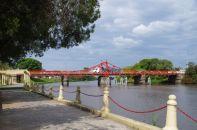 ...und der Arroyo de las Vacas mit der einzigen handbetriebenen Metalldrehbrücke in Südamerika (1912 Made in Germany) zusammenfließen.