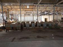 Eine originale Halle mit Corned Beef - Sterilisations-Containern...