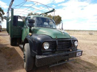 Entdeckt auf Abwegen: Ein US-Truck, wohl aus den 1960iger Jahren (Dodge)