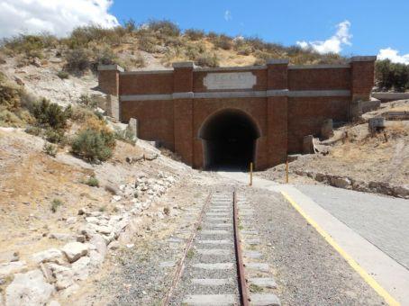 Der 300 m lange Kurventunnel - einmalig in Patagonien