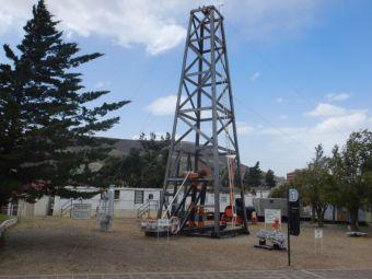 In Commodoro Rivadavia: Das YPF-Museum mit dem ersten 11 m hohen Bohrturm (aus Holz und Made in Germany) mit Meißelvortrieb.