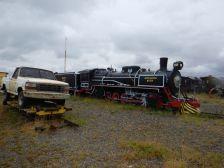 Auf dem Außengelände befinden sich neben alten Dampflokomotivenwracks, ...