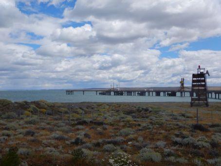 Der neue Kohle-Verladehafen Punta Loyola auf der anderen Flussmündungs-Seite...