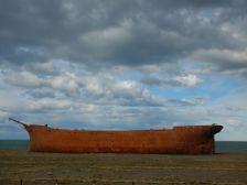 In Sichtweite des Hafens, das stählerne Schiffswrack der Majory Glen, ...