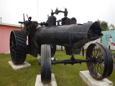 Vor dem Stadtmuseum in Rio Grande steht dieser Dampfmaschinen-Traktor, ...