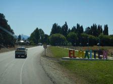 Mit Polizeieskorte durften wir in die gesperrte Stadt El Maitén…