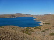 ...trotz des Stausees Piedra del Aguila zur vegetationslosen Wüste.