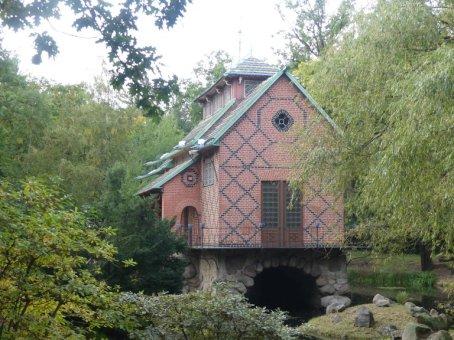 und einen sehr weitläufigen Schlosspark, eine riesige Orangerie sowie ...