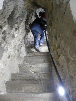 Über 154 Stufen gelangt man zum oberen Turmraum und muss dabei eine in die Außenmauer geschlagene steile und schmale Stiege erklimmen.