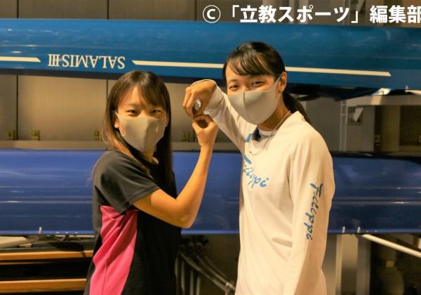 艇の前でマークを作る北原(左)と佐藤。こちらは女子エイトにちなみ「8」