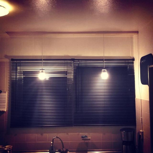 In de keuken was er wel een plafondlampje maar dat gaf helemaal geen goed licht boven het aanrecht. Hier moest iets voor verzonnen worden. Maar omdat de keuken nog een keer verbouwd gaat worden is het uitgeven van veel geld voor verlichting zonde van het geld. Om die reden heb ik besloten om eens wat anders te bedenken. Een lampje van potjes is hier de oplossing.